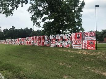 La comunidad Splendora se unió para construir un muro para honrar a los estudiantes de último año de secundaria de la Clase 2020.