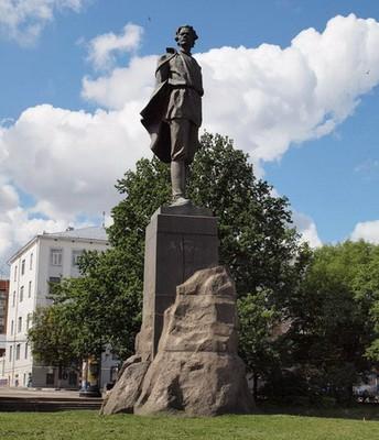 Памятник Горькому на площади Горького