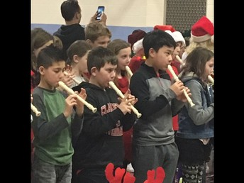 5TH GRADE CLASS PLAYING RECORDERS