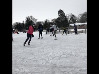 La classe de Mme Creighton fait du patinage