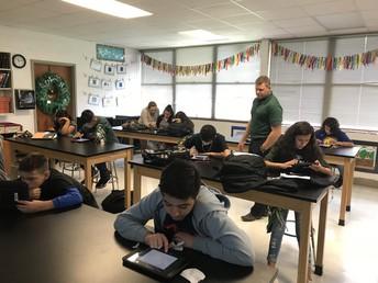 Estudiantes del 7mo grado en ciencia trabajando en sus iPads