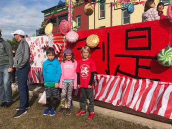 Kate, Charlotte and Seneca put on the float's finishing touches!