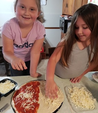 Students making pizza
