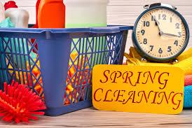 Canasta de herramientas de limpieza cerca de un rótulo que dice Limpieza de primavera