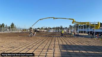 Colocación de pavimento para las canchas de tenis del lado oeste