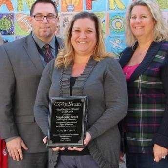 Stephenie Scott, de la Primaria Weathersfield, se celebró como la Maestra del mes de octubre de CVUSD