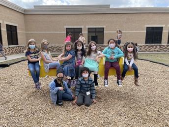 Estudiantes de 1er grado disfrutan del recreo