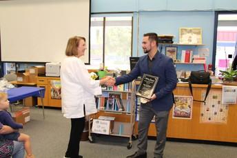 Felicitaciones a Shari Bachman de Sequoia Middle School - Profesor de marzo de CVUSD del Mes