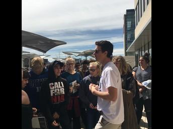 Estudiantes de GCMS con un guia turistico