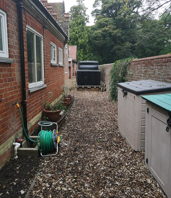 New, clean and chip-wood side alley!