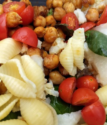 Chickpeas, tomatoes and spinach make the pasta dish healthier!