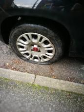 1.「タイヤがパンクした!」を英語にすると?