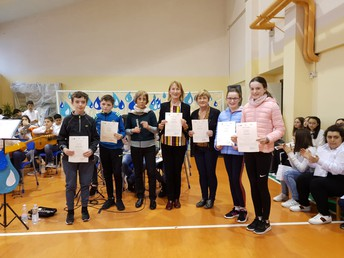 Presenting Certificates to the Irish Team
