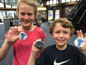 4th graders with their buttons