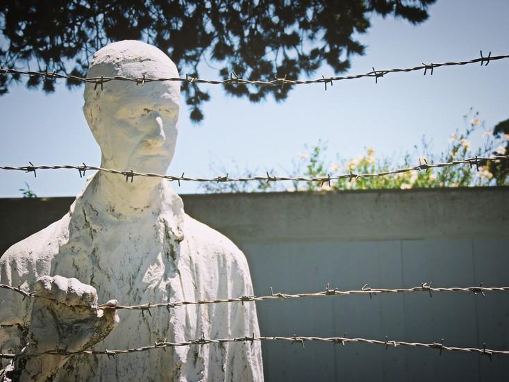 Holocaust commemorative statute