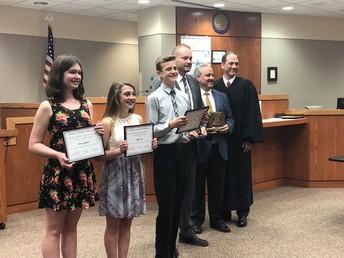 Los Estudiantes de la Escuela Intermedia Ganan el Concurso de Ensayo del Día del Derecho 2018