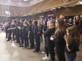 WvES Chorus Performed at the Harlem Globetrotters Event