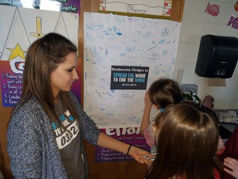 Students sign the pledge to stop using the R-word!