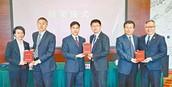 周SIR及上海浦東干部學院教授、中聯辦警聯部副主任頒發結業證書