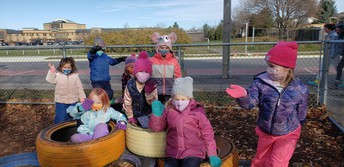 Kinders bundle up outside!