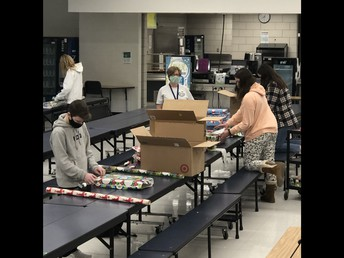 NJHS Members Spread Holiday Cheer for Tamanend Staff