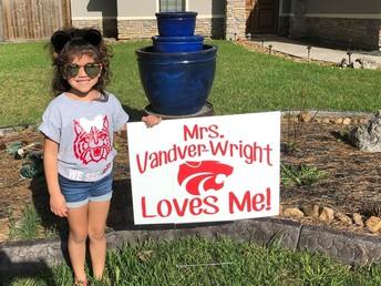 ¡Los maestros entregaron letreros a sus alumnos!