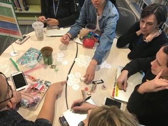 Maestros discutiendo estrategias matemáticas