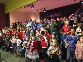 Veterans Take Picture with PUE Students