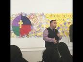 Fabian Ramirez talking to 5th-8th grade students/ Fabián Ramírez hablando con estudiantes de quinto y octavo grado