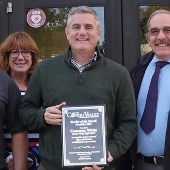 Cameron White de Conejo Valley High School es reconocida como la maestra del mes de CVUSD en noviembre