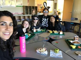 6 ° grado comiendo lonche con la maestra Rodriguez