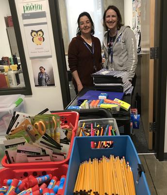Mrs. Pearson y Mrs. de la Paz Garza reparando libros y materiales de arte para enviar a casa con los estudiantes la semana pasada antes del largo descanso