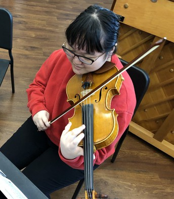 Annabel Choi playing the violin