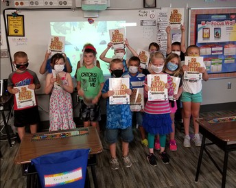Hy-Vee donates books to 2nd grade students