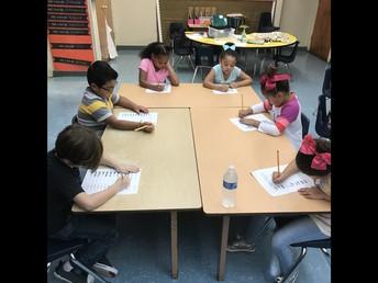Estudiantes del 1er grado trabajando en su fluencia en matemáticas