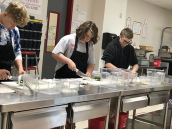 Los estudiantes culinarios practican sus habilidades con los cuchillos.