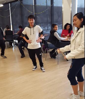 Students trying Tuj Lub