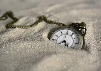 שימוש בחול כדימוי לזמן -
