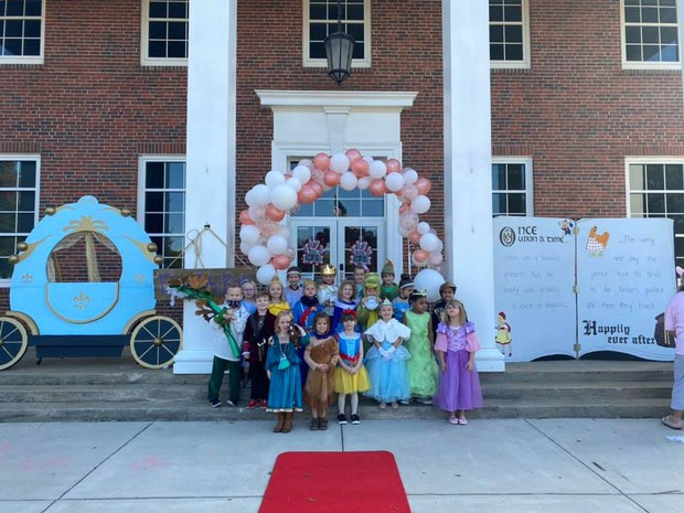 group picture of students in front of fairy tail ball decorations on front porch of Cahaba Elementary