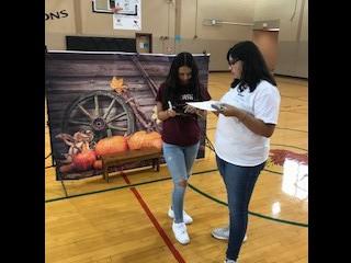 Students recieving I-Pads at Roll Out 👀 Estudiantes recibiendo su iPads el día de la entrega.