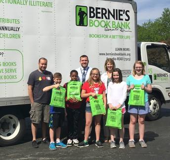 Nuestra Asociación con Bernie's Book Bank Provee 2,000 Libros Gratis para los Estudiantes de D47