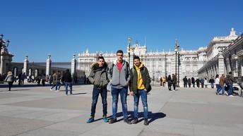 Junto ao Palácio Real.