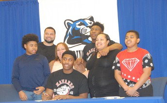 Xavier H. signs with Navarro
