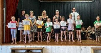 Huatoki (middle) Vogeltowner award recipients