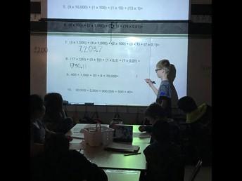 Estudiantes del 4to grado resolviendo problemas en matemáticas